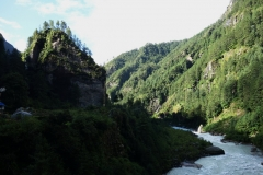 Floden Dudh Kosi forsar fram genom Khumbu-dalen en bit norr om Monjo.