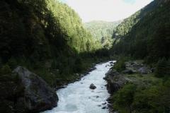 Vandring längs Dudh Kosi en bit söder om de berömda hängbroarna.