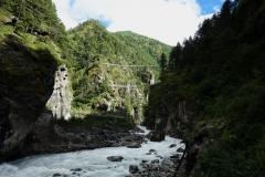 De berömda hängbroarna ovanför platsen där floden Bhoti Kosi ansluter till floden Dudh Kosi. Den övre bron heter Edmund Hillary.