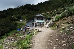 Den första bebyggelsen vandraren möts av strax innan de mer centrala delarna av Namche Bazaar.