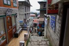 Den branta huvudgatan som skär genom Namche Bazaar.