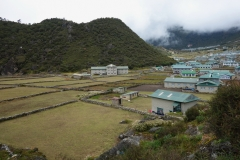 På väg in i byn Khumjung på 3790 meters höjd.