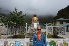 Stefan framför Sir Edmund Hillary-statyn på skolgården i Khumjung.