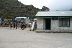 Barn på skogården i Khumjung.