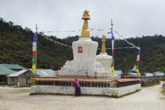 Stupan framför skolan i Khumjung.