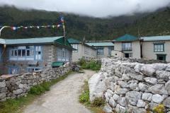 På väg in i byn Khunde.