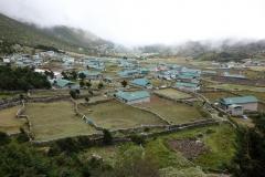 Utsikt över Khunde och Khumjung från Khunde Chamkang.