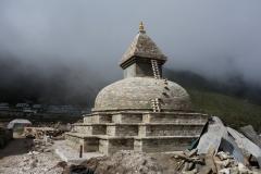 Nybyggnation av stupa som ska ersätta stupa som kollapsat i jordbävningen 2015, Khunde.