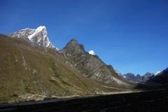 De två vita topparna är från vänster till höger Taboche (6367 m) och Cholatse (6335 m). Vy från Pheriche i soluppgången.