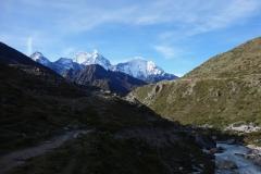 Kantega (6782 m) och Thamserku (6623 m) från den nedre delen av Pheriche-dalen.
