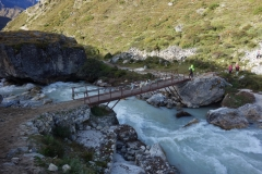 Peng på bron över Lobuche-floden vid Pheriche-passet.
