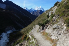 Kantega (6782 m) och Thamserku (6623 m) strax innan byn Orsho (4190 m).
