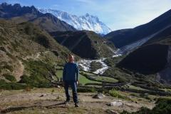 Stefan framför byn Orsho (4190 m) med Lhotse-massivet i bakgrunden.