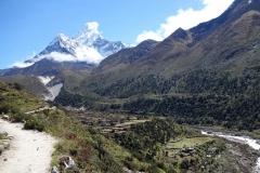 Ama Dablam (6812 m) med en del av Pangboche (3930 m) i förgrunden.