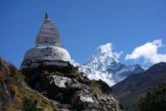 Stupa mellan Pangboche(3930 m) och Tengboche (3860 m) med Ama Dablam (6812 m) i bakgrunden.
