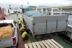 Lastning av fordon på RORO-färjan i hamnen i Ormoc.