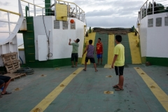 Besättningsmedlemmarna spelar basket ombord på färjan.