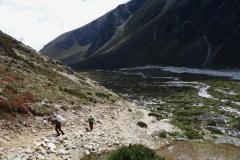 Sherpas på väg upp ur Pheriche-dalen mot Dughla.