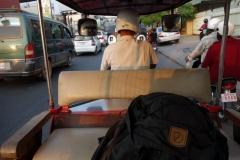 I tuk-tuken på väg från flygplatsen in till centrala Phnom Penh. Älskar dessa tuk-tuk-turer!