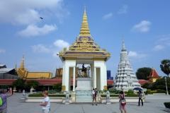 King Norodom Statue med Stupa of King Norodom till höger i bild, Royal Palace, Phnom Penh.