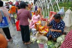 Gatuförsäljare utanför Wat Phnom, Phnom Penh.