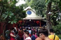 Mängder med folk och riktigt färggrant på grund av det kinesiska nyåret, Wat Phnom, Phnom Penh.