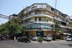 Gatuscen i centrala Phnom Penh med fransk kolonial arkitektur.