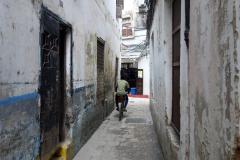 Ibland stöter man på folk som cyklar eller någon enstaka motorcykel här och där, men det faktum att biltrafik är omöjlig gör stadsdelen ännu trevligare, Stone Town (Zanzibar Town), Unguja.
