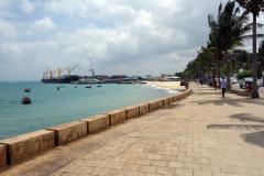 Del av den mysiga strandpromenaden med hamnen längst upp i bild,  Stone Town (Zanzibar Town), Unguja.