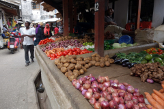 Liten marknad i en lugn del av Stone Town (Zanzibar Town), Unguja.