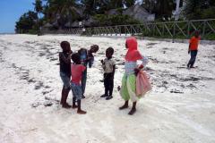 Barnen blev glada efter att dom fått min vattenflaska av mig, Jambiani.