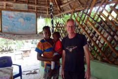 Stefan tillsammans med Leonardo, restaurangägarens lillebror med dotter i famn, Kizimkazi, Unguja.