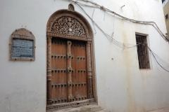 Den vackert snidade entrén till den kända slavhandlaren Tippu Tip's residens, Stone Town (Zanzibar Town), Unguja.