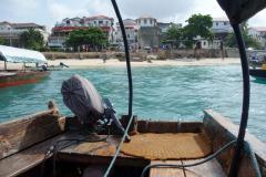Här lämnar båten Stone Town för vidare färd mot Prison Island.