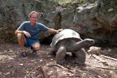 Stefan med öns äldsta aldabrasköldpadda i en liten grotta. 196 år gammal! Prison Island.