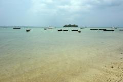 Stranden i Fumba med en av skärgårdens många öar  i bakgrunden, Unguja.
