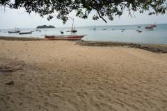 Stranden i Fumba med en av skärgårdens många öar  i bakgrunden, Unguja,