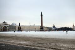 Palatstorget, Generalstabsbyggnaden, Alexanderkolonnen, julgranen, plogbilar, St. Isaac's Cathedral och Amiralitetets torn  i samma bild, Sankt Petersburg.