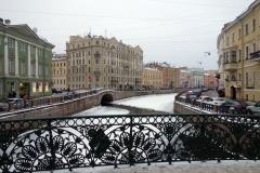 Vy österut längs Mojka-kanalen från bron Pevcheskiy Most, Sankt Petersburg.