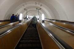 En av de många långa rulltrapporna, metron, Sankt Petersburg.