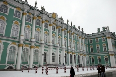 På väg in till Eremitaget, Vinterpalatsets innergård, Sankt Petersburg.