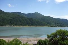 Del av Zhinvali-reservoaren vid Ananuri-fortet.