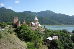 Ananuri-fortet. med Zhinvali-reservoaren i bakgrunden.