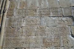 Skrift på väggen på en av de två kyrkorna i Ananuri-fortet.