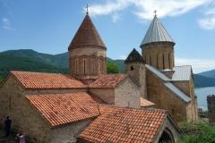 De två kyrkorna innanför Ananuri-fortets murar.