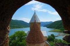 Del av Ananuri-fortet. med Zhinvali-reservoaren i bakgrunden.