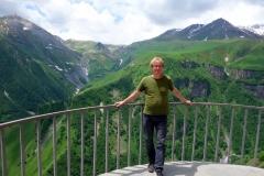 Stefan framför Kaukasus-bergen på Russian Friendship Monument.