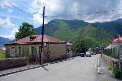 Byn Stepantsminda i Kaukasus-bergen vid ryska gränsen.
