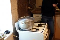 Matlagning inne hos familjen där vi åt lunch i Stepantsminda.
