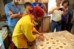 Tillverkning av khinkali i köket hos familjen där vi åt lunch, Stepantsminda.
